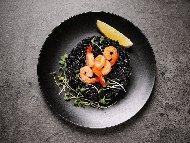 Пържен черен императорски ориз с кралски скариди в уок тиган